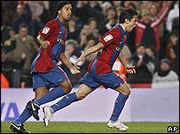 Saviola festeja su gol junto a Ronaldinho, autor del segundo.