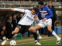 Ibrahimovich resiste la marca de un jugador del Sampdoria.