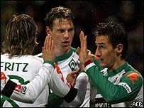 Klose y Fritz felicitan a Borowski en la victoria del Bremen sobre Hannover.