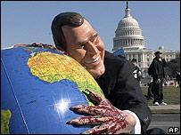 Manifestante disfrazado de George W. Bush