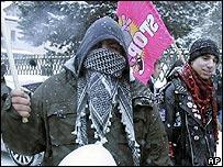 Manifestante en Davos