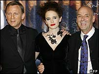 Daniel Craig (l) with Eva Green and Martin Campbell