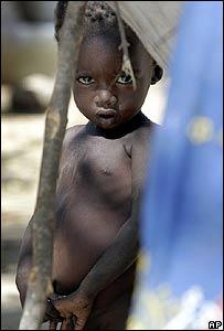 Un ni�o refugiado mira hacia la c�mara en un campamento en Goz Beida, Chad, hasta donde ha llegado la violencia de Darfur