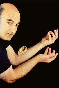Sterlac con una oreja implantada en el brazo
