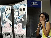 Afiche de Hugo Chávez en una cabina telefónica.