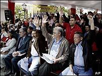 Miembros de la Asamblea Nacional votan a favor de la ley.
