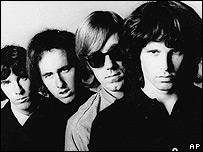 Jim Morrison (der.) fue una de las figuras más carismáticas del rock.