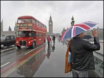 Люди и транспорт на Вестминстерском мосту Лондона