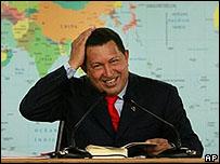 Hugo Chávez durante la rueda de prensa luego de la firma de la ley.