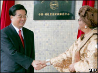 Chinese President Hu Jintao (left) shakes hands with his Liberian counterpart Ellen Johnson-Sirleaf after opening an anti-malaria prevention centre