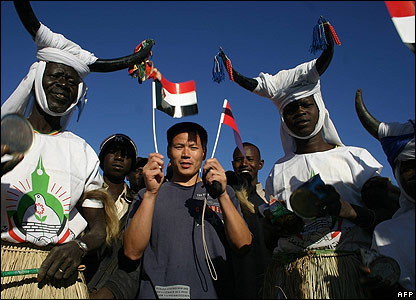 A Chinese man meets a traditional band in Sudan