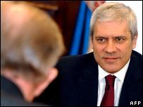 Serbian President Boris Tadic (l) meeting with UN Special Envoy Martti Ahtisaari