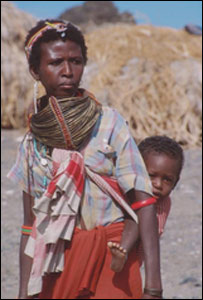A mother and child from the Elmorro Tribe in Lake Turkana
