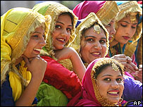 Bailarinas tradicionales del estado de Punjab en un festival en Nueva Delhi en febrero 2007