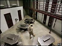Un custodia camina en un área común de la cárcel de Guantánamo (5 de diciembre de 2006)