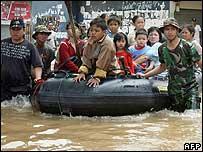 Жители Джакарты на затопленных улицах