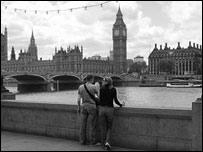 Мужчина и женщина на набережной Темзы в Лондоне