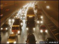 Поток транспорта на автомагистрали M25 в Великобритании