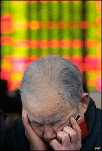 Un inversor cabizbajo en el mercado de acciones en Chengdu, en la provincia de Sichuan, al sudoeste de China