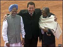 Hugo Chávez (centro) con primer ministro indio Manmohan Singh (izq) y el presidente indio A.P.J. Abdul Kalam.