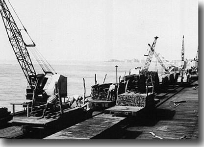 Muelle de Pimentel en plena operaci�n de carga cerca de 1930 (Foto: gentileza perutren.org)