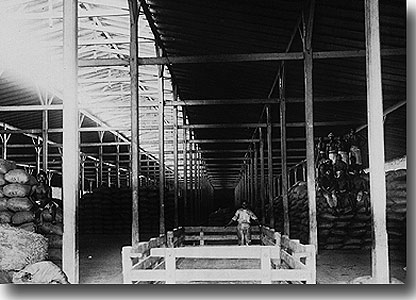 Almac�n de carga en la estaci�n de Pimentel, usado generalmente para el az�car, cerca de 1930. (Gentileza: perutren.org)