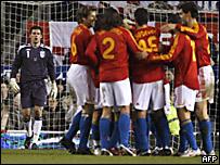 El arquero ingl�s Ben Foster mira los festejos del seleccionado espa�ol que anot� un gol