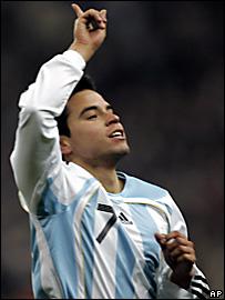 Javier Saviola festeja su gol ante Francia