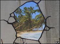 Fotograf�a de un grafiti de Banksy estampado en el muro que divide a Israel de los territorios palestinos