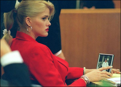 Anna Nicole Smith holds a framed photo of her late husband during the probate trial Thursday, (5 October 2000)