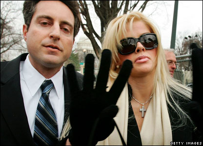 Anna Nicole Smith arrives with her lawyers, Howard Stern (l) at the US Supreme Court (February 28, 2006)
