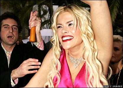 Anna Nicole Smith arrives at MTV awards (March 3, 2005)