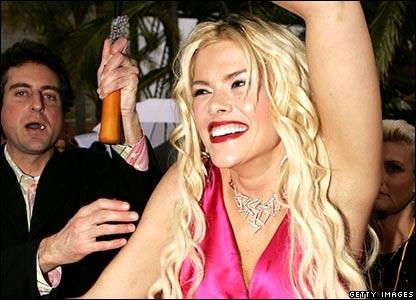 Anna Nicole Smith arrives at MTV awards (March 3, 2005)