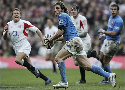 Mirco Bergamasco leads an Italy attack