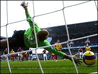 Darius Henderson's penalty beats West Ham keeper Rob Green