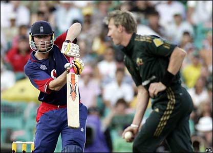 Brett Lee catches Andrew Flintoff off his own bowling