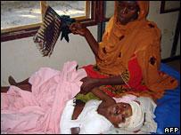 Мать с дочерью, раненной минометной миной (Архивное фото)