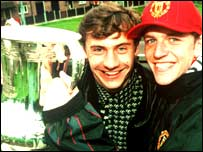 Andrei Kanchelskis and Lee Sharpe pose with the FA Cup in 1994