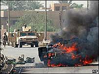 Veh�culo ardiendo tras ataque de la insurgencia en Irak