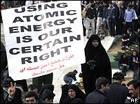 Iraníes celebrando el 28 aniversario de la revolución islámica