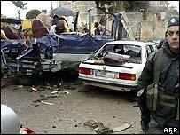 جندي لبناني في موقع تفجير الحافلة
