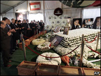 Visitors pray beside tomb of Rafik Hariri