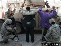 US soldiers arrest suspects in Iraq