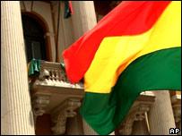 Bandera boliviana frente al congreso.