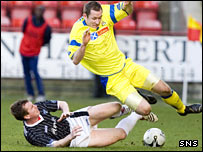 Stephen Simmons tackles Kilmarnock's Frazer Wright