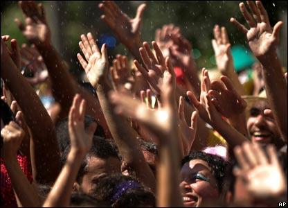 Crowds wave their hands in appreciation