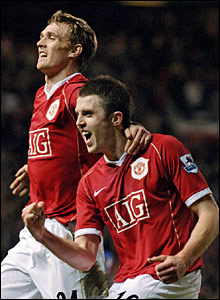 United's Michael Carrick (r) celebrates with team-mate Darren Fletcher