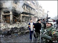 Iraquíes en un edificio afectado por las explosiones.