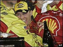 Kevin Harvick festeja al finalizar la carrera