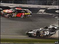 Auto de Clint Bowyer (dado vuelta) y el de Montoya durante Daytona 500